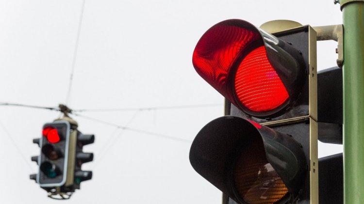 Китайский робот поливает водой пешеходов-нарушителей